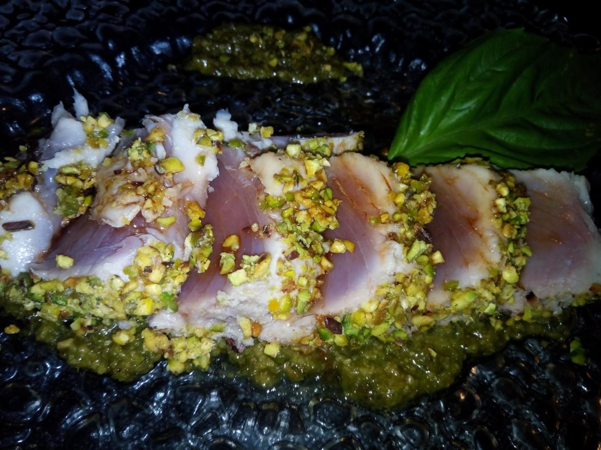 Tagliata di tonno in crosta di pistacchi, vellutata di basilico e salsa di soia