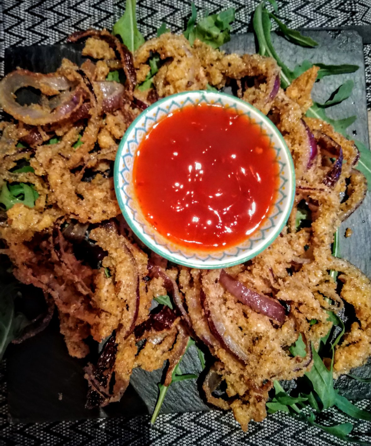 Fried onions with spicy sauce