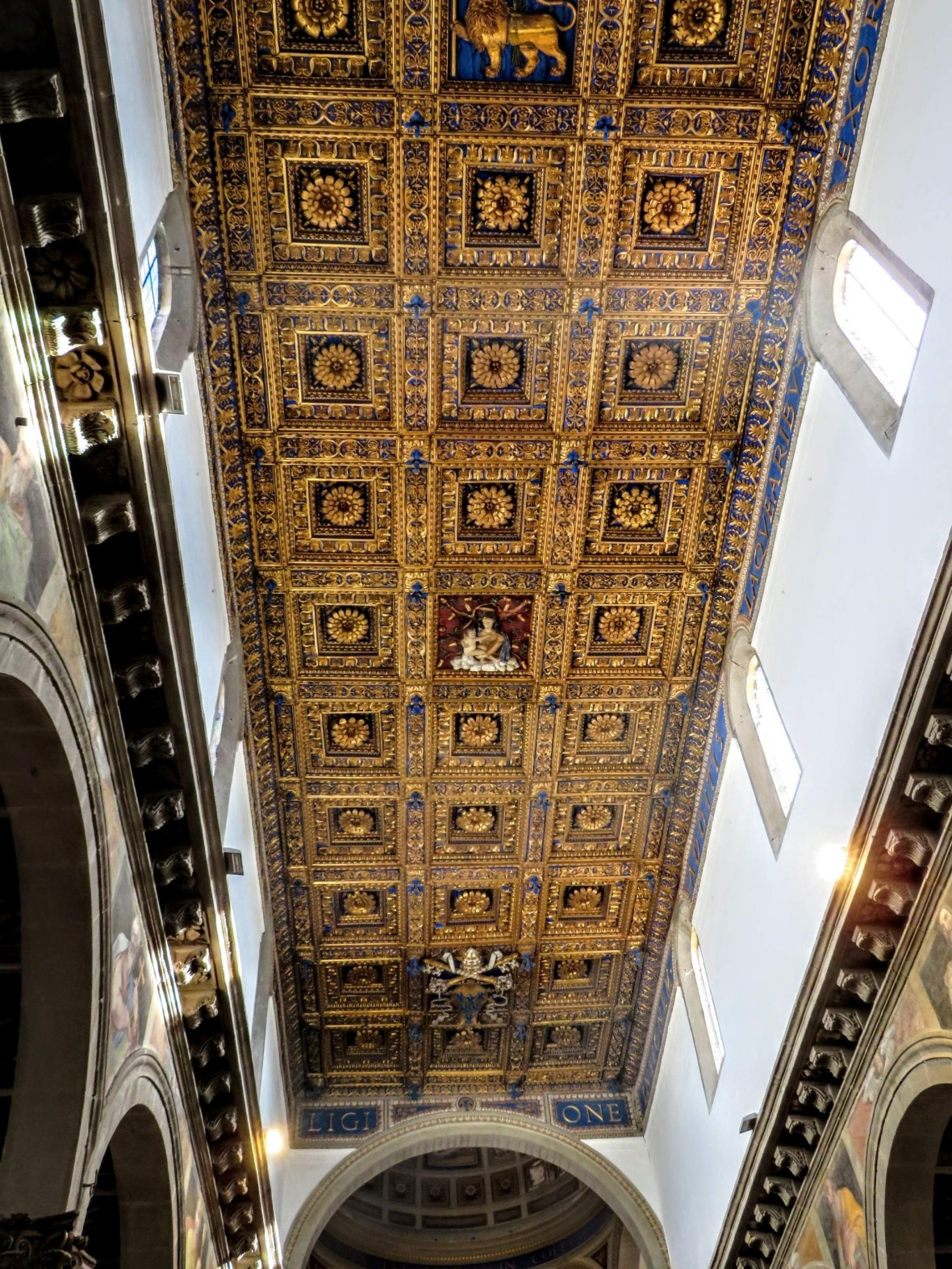 The ceiling is made of pure gold (roughly 70 kg)